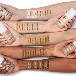 it cosmetics Makeup - NWT It Confidence in a Foundation - Medium Bronze